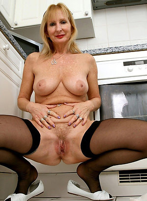 Pretty sexy mature wife amateur pic