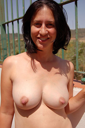 Beautiful natural long nipple milf